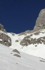 """Mit Schi am Rücken gehts die Salzleiten hoch. Heute war der Trittfirn ausreichend gut genug, um auf Steigeisen verzichten zu können. Rechts die obere Westwand des """"Großen Beilsteins"""" mit dem """"Raketenpfeiler, 8"""""""