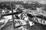 Tiefblick nach WNW: der Gipfelaufbau war überraschend leicht begehbar: Pulverschnee, kein Eis, Stahlseil frei...