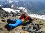 Gipfelrast auf der Gr. Barbaraspitzte mit direktem Blickkontakt zum Ausgangspunkt bei der Mölshütte