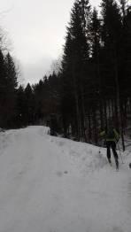 Schneelage gleich nach Parkplatz auf der Forststraße