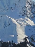Tief eingeschneite Alphütte zwischen Licht und Schatten