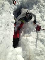 Graben und Suchen nach dem verlorenen Ski