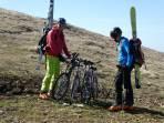 Winter trifft Sommer; wenn der Ausaperungsprozess weiter so schnell voranschreitet, kann man bald mit dem Leihfahrrad von der Reichensteinhütte abfahren ;-))