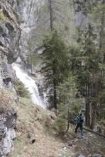 Abstieg entlang von Wasserfällen