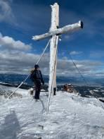 Gipfel mit Hütte im Hintergrund