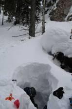 Schneehöhle als Schutz vor dem Wind bei der Rast