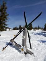 Das Gipfelkreuz am Lahngang ist noch fast eingeschneit.