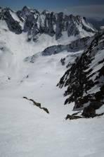 2 vor mir Abfahrende haben den Sulzschnee in der steilen Rinne schön abgerutscht, daher hier gute Aufstiegs- (keine Steigeisen nötig im weichen Schnee) und auch Abfahrtsbedingungen. Im Hintergrund die Klammerköpfe-N-Rinnen