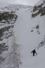 die Rinne teilt sich; orografisch links der leichtere Ausstieg, orografisch rechts (im Hintergrund) ist steiler - dies wird auch unsere Abfahrt!