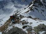 Gipfelanstieg mit Tiefblick über die begangene (und danach befahrene) Südflanke (li.) bzw. den Ausstiegsbereich der Gamskögel NW Rinne