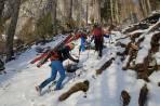 in der zweiten Waldsteilstufe, die Ski schnallen wir nach gut 500hm an