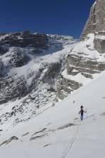im Hintergrund das Aufstiegsgelände des südl. Wassertals mit der markanten Felsbarriere
