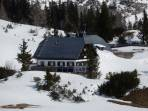 """Der Zugang zur Sonnschien-Hütte ist noch """"verschüttet""""."""