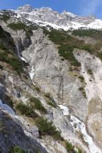 ... und man entlang dem Wasserfall steil und ausgesetzt absteigen muß